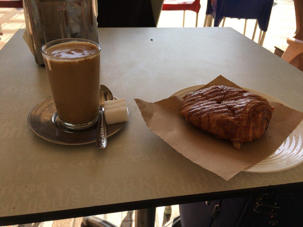 パンとカフェオレ。モロッコのカフェオレは美味い