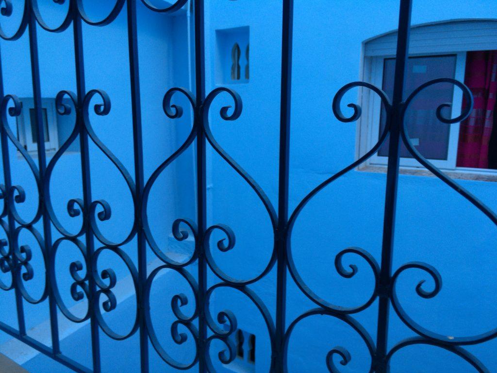 青が印象的な窓からの眺め