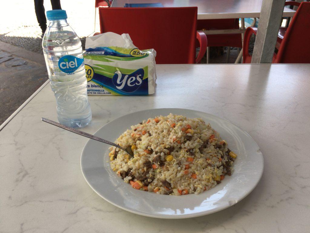 中華レストランでチャーハンをいただく。スペインのパエリア以来のお米だ