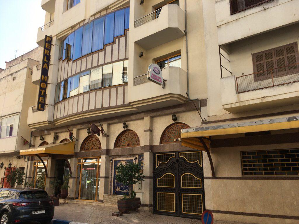 「ペルラ・ホテル」外観。老舗ビジネスホテルのような雰囲気