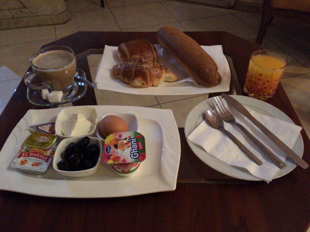 「ペルラ・ホテル」の朝食。パン飽きた