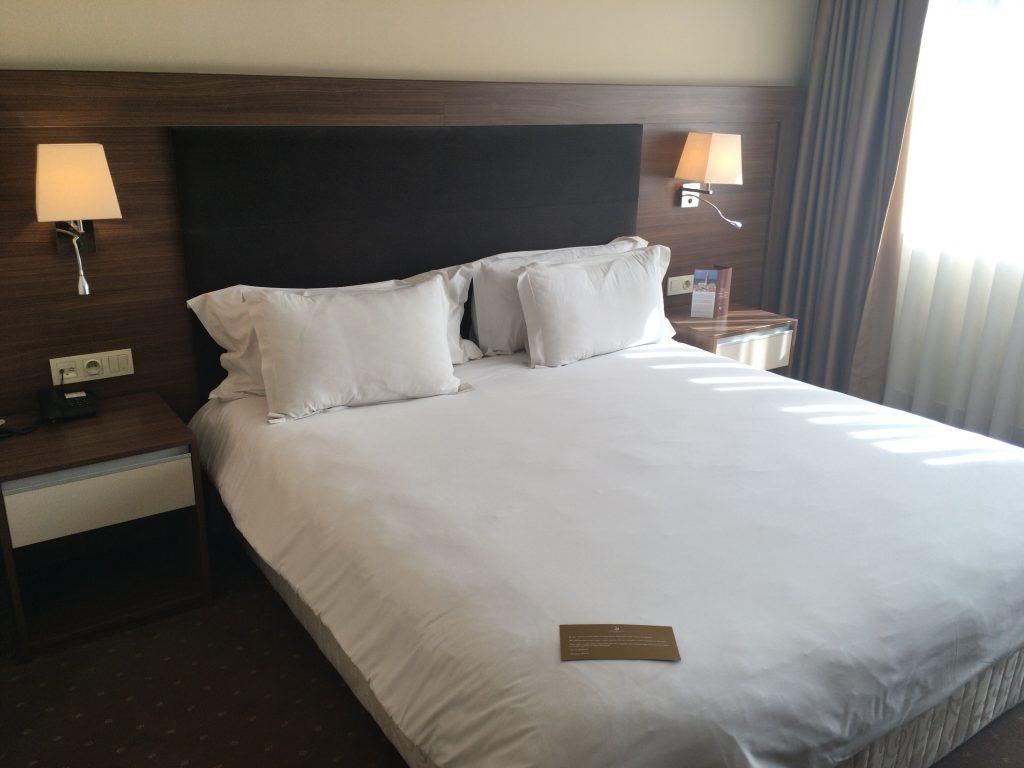 「ケンジ・バスマ」の客室。ゴージャスなベッドだ