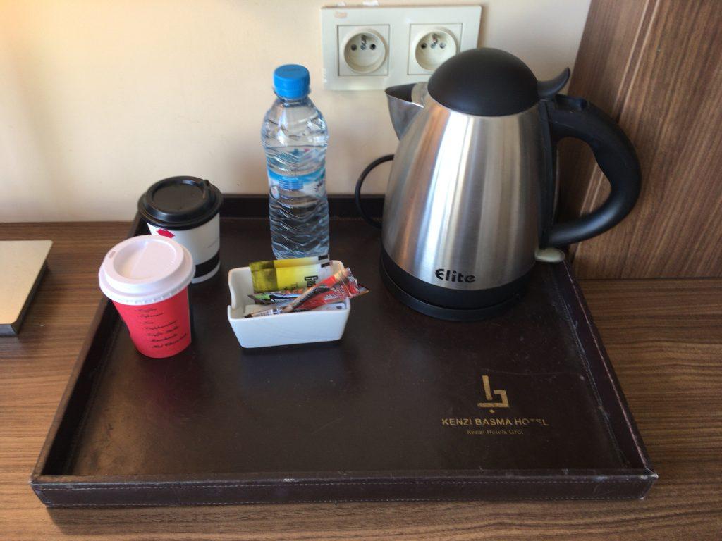 無料のミネラルウォーター、コーヒーとティーがある