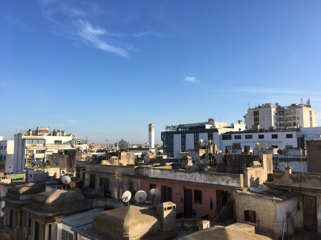 バルコニーからの眺め。ムハンマド5世広場の白い時計台が見える