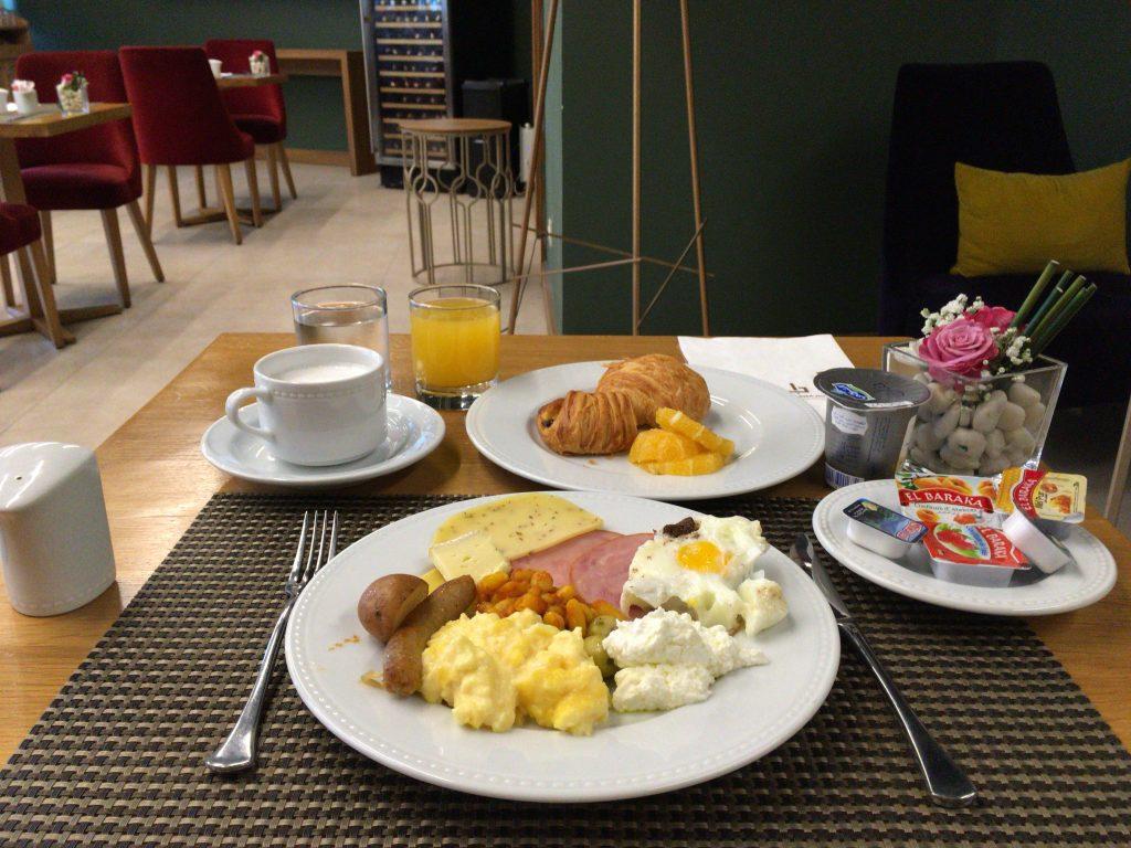 朝食はこんな感じ。モロッコらしくシンプルだがメニューは多い