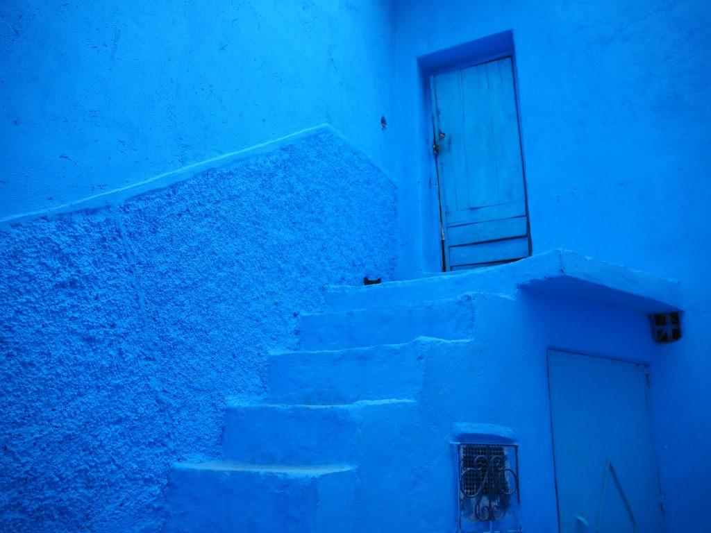 まるで異世界へと続いているかのような青いドア