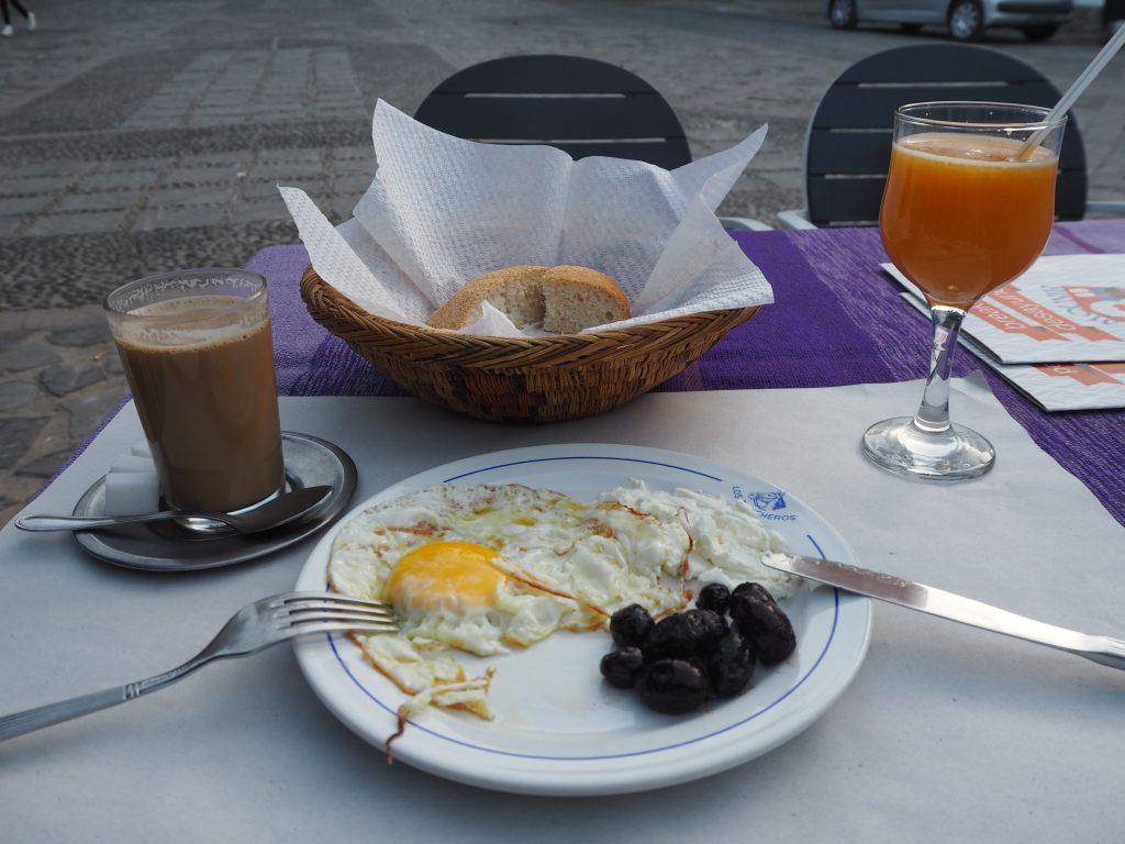 広場沿いのレストランで朝食をいただく