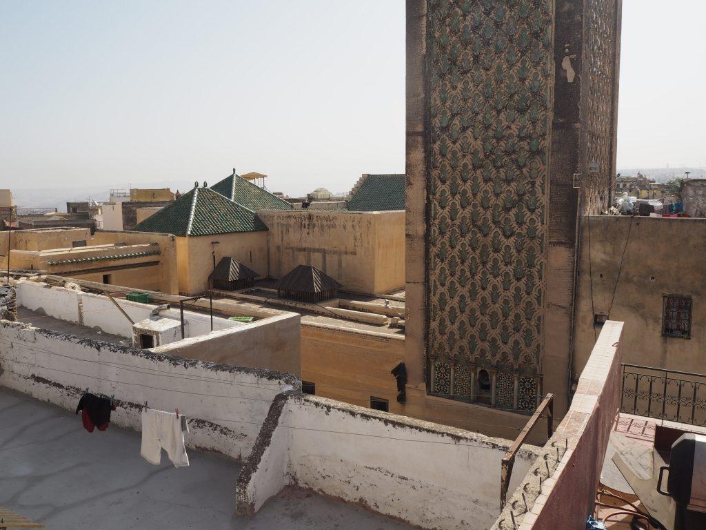 テラス席からの眺め。正面に見えるのはマドラサ(神学校)の塔