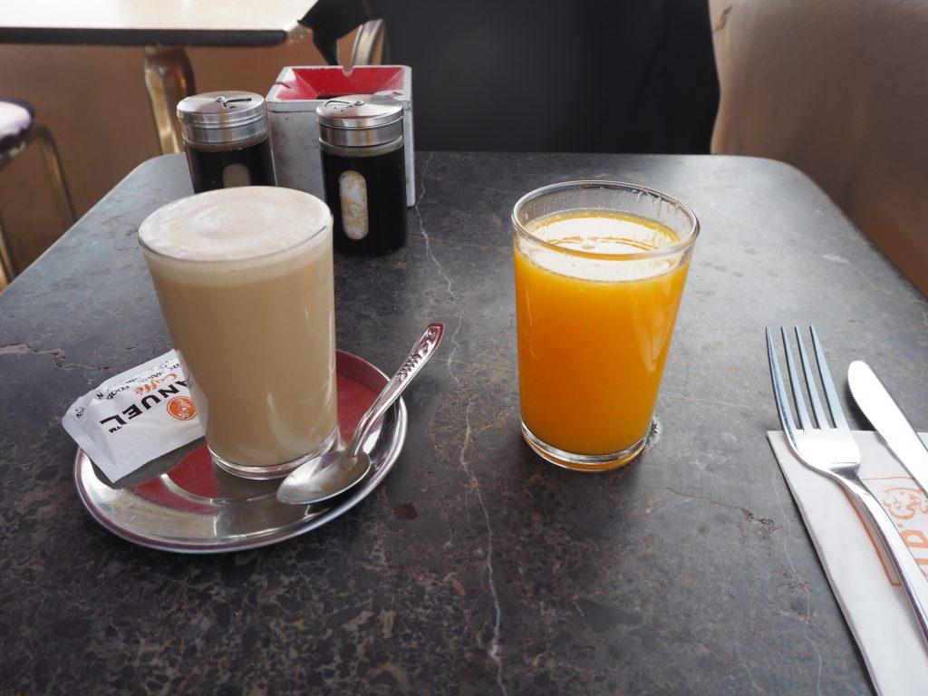 オレンジジュースとカフェ・ラテ。スペインとモロッコではオレンジジュースとコーヒーが鉄板メニュー