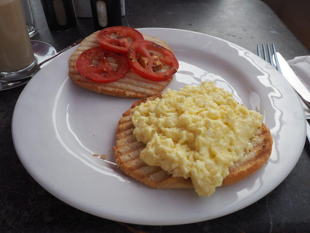 スクランブルエッグとローストトマト。朝食は40ディルハム