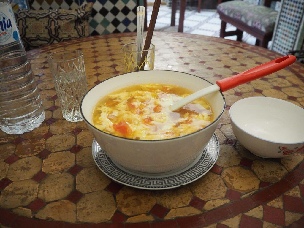 トマトと卵のスープ(小30ディルハム)。小サイズだけど1人ではとても飲みきれない
