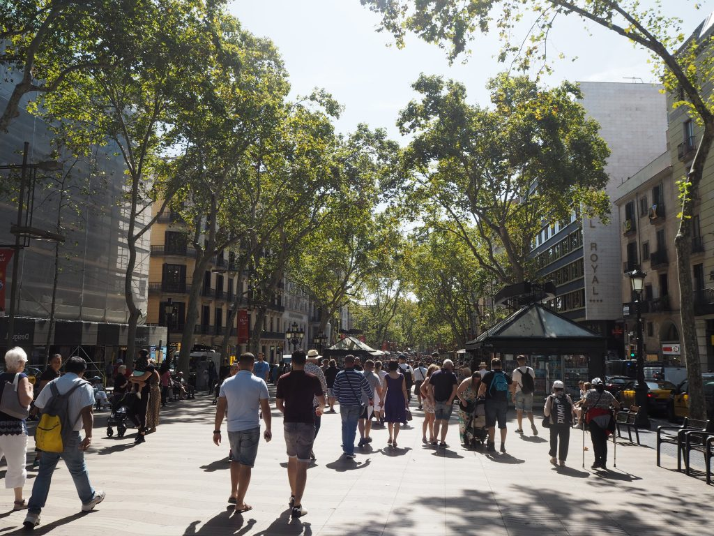 世界中から観光客が集まるランブラス通り