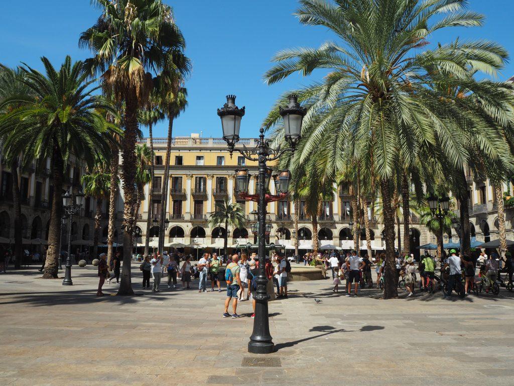 レイアール広場。中央には噴水がある