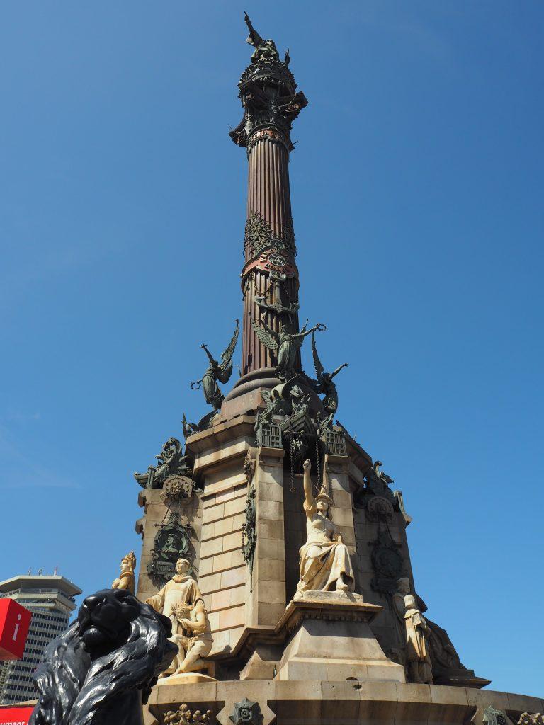コロンブスの塔。新大陸(アメリカ)の方角を指差している