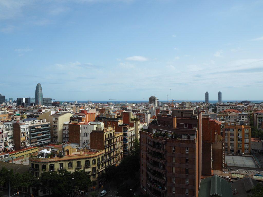 塔の上からバルセロナの街並みを望む