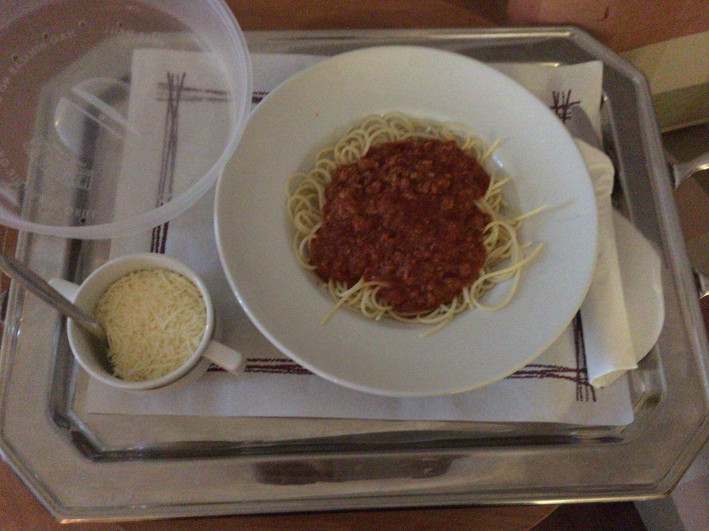 ルームサービスのスパゲッティボロネーゼ
