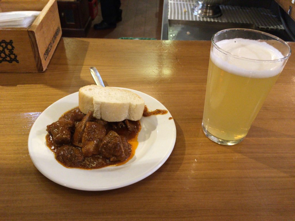 生ビールのレモン炭酸飲料割りと豚肉のタパス。苦手なレバーも入っているようだったが美味しい