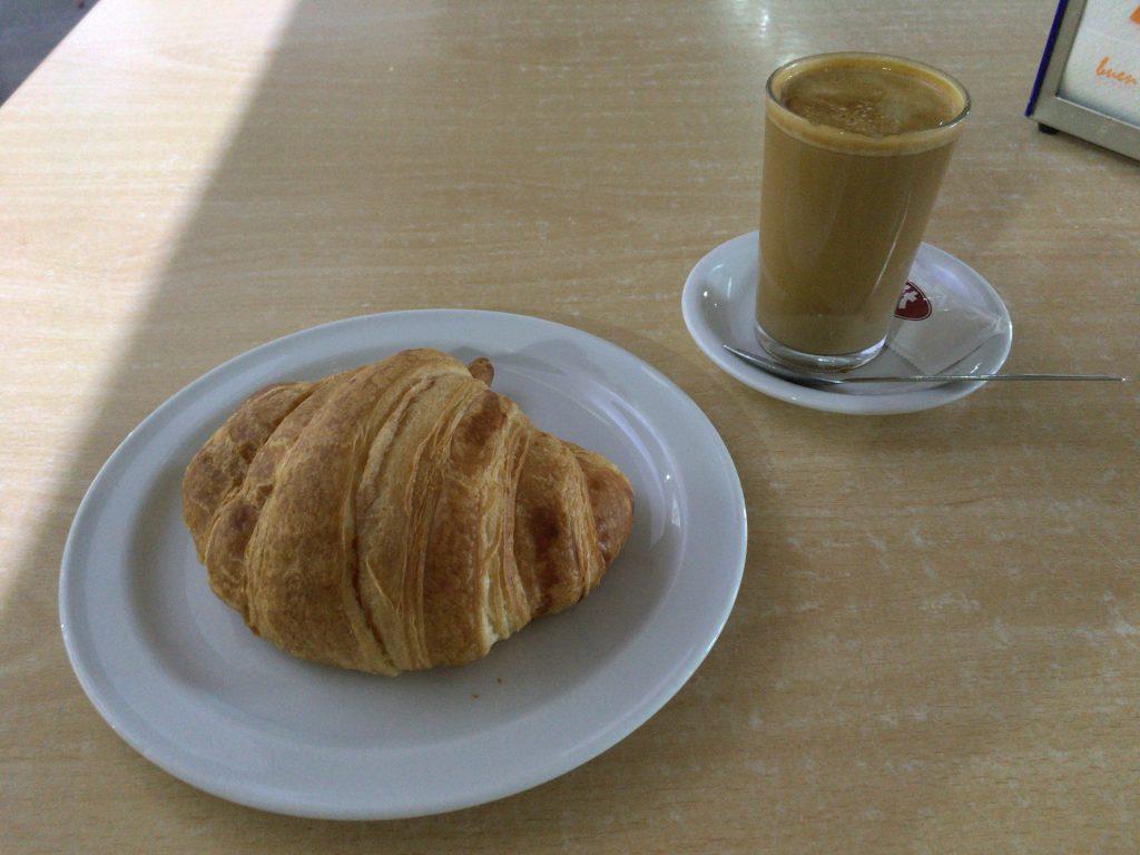 クロワッサンとミルク入りコーヒー