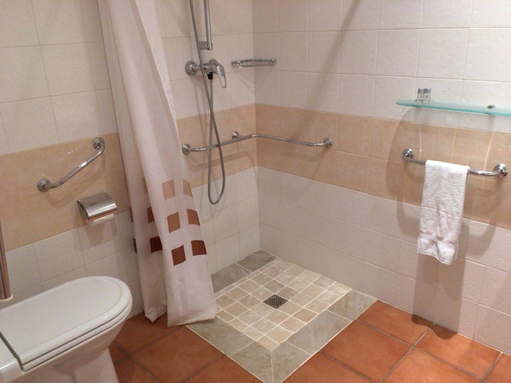 バスルーム。スペインのホテルらしくリンスはない