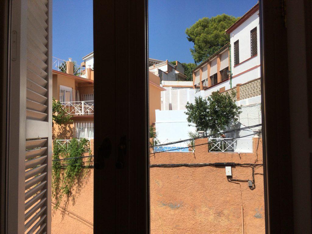 窓からの景色。アンダルシアらしい白い街並み