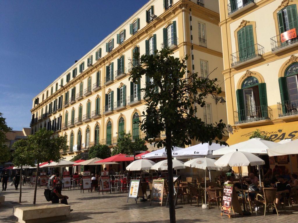 メルセー広場沿いにテラス席が並ぶ