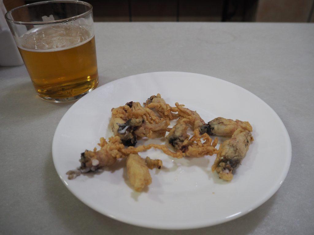 生ビールとイカのフライ
