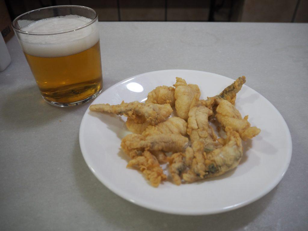 生ビールと魚のフライ