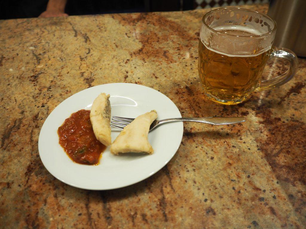 生ビールと魚のフライ。トマトソースが美味い