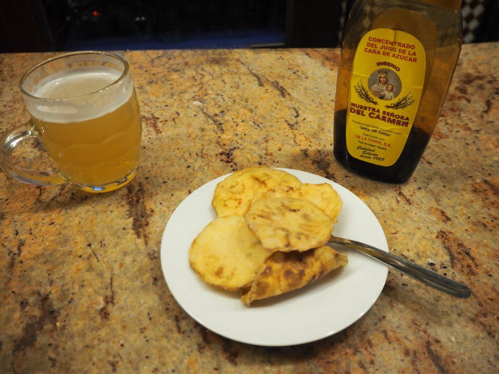生ビールのレモン炭酸飲料割りと芋の揚げ物