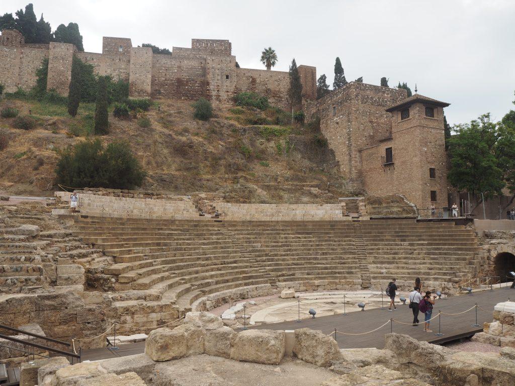 アルカサバとその麓に残るローマ劇場の遺跡
