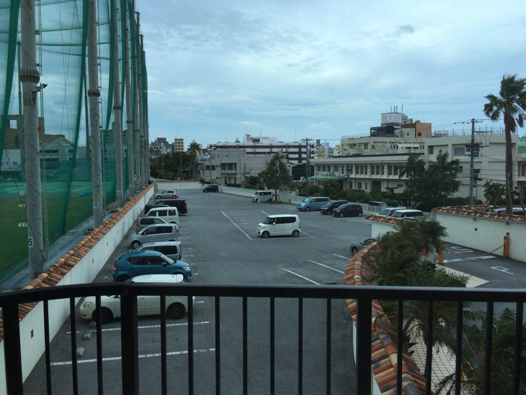 バルコニーから那覇の市街地方面を望む