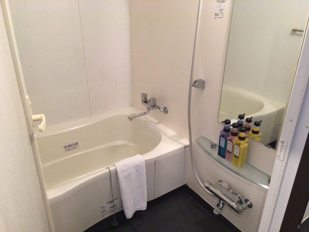 バスタブ付きのシャワールーム