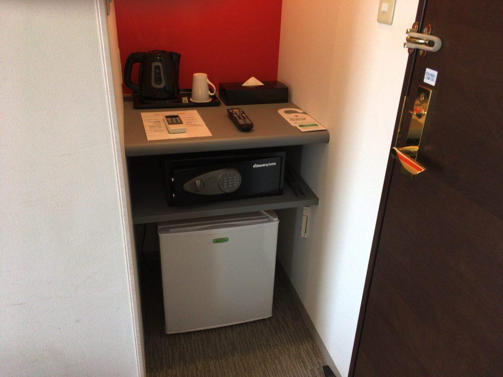 冷蔵庫やセーフティーボックスなどもある