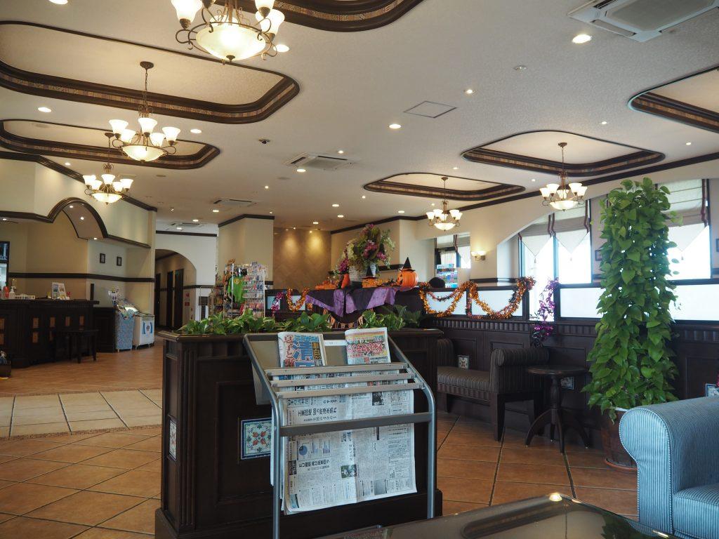 「那覇ビーチサイドホテル」のフロント。そう言えばハロウィンだった