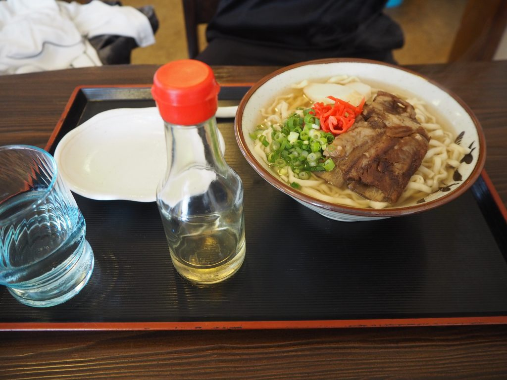 沖縄では定番のソーキそば。コーレーグース付き