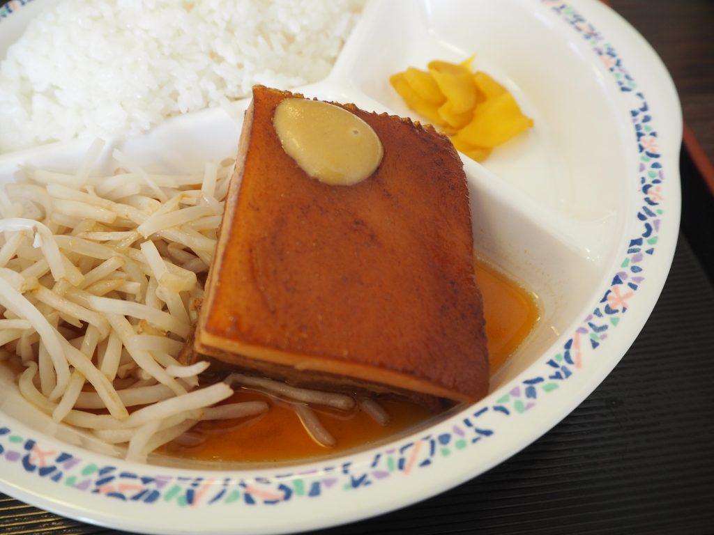巨大な皮付きラフテー。沖縄の離島を味わえるワイルドな一品だ