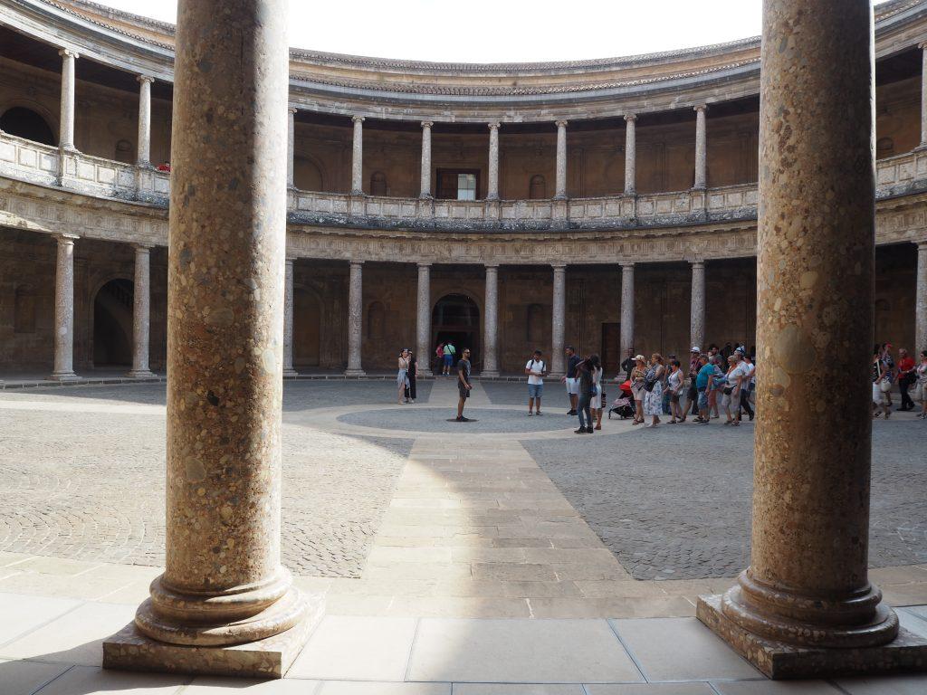 カルロス5世宮殿の中庭