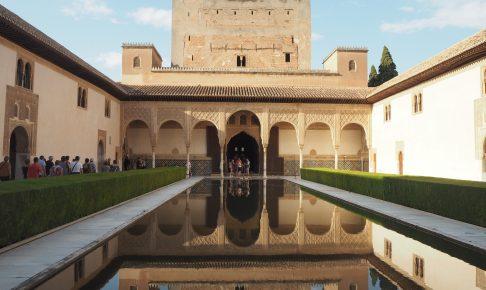 コマレスの塔が池に映るアラヤネスの中庭
