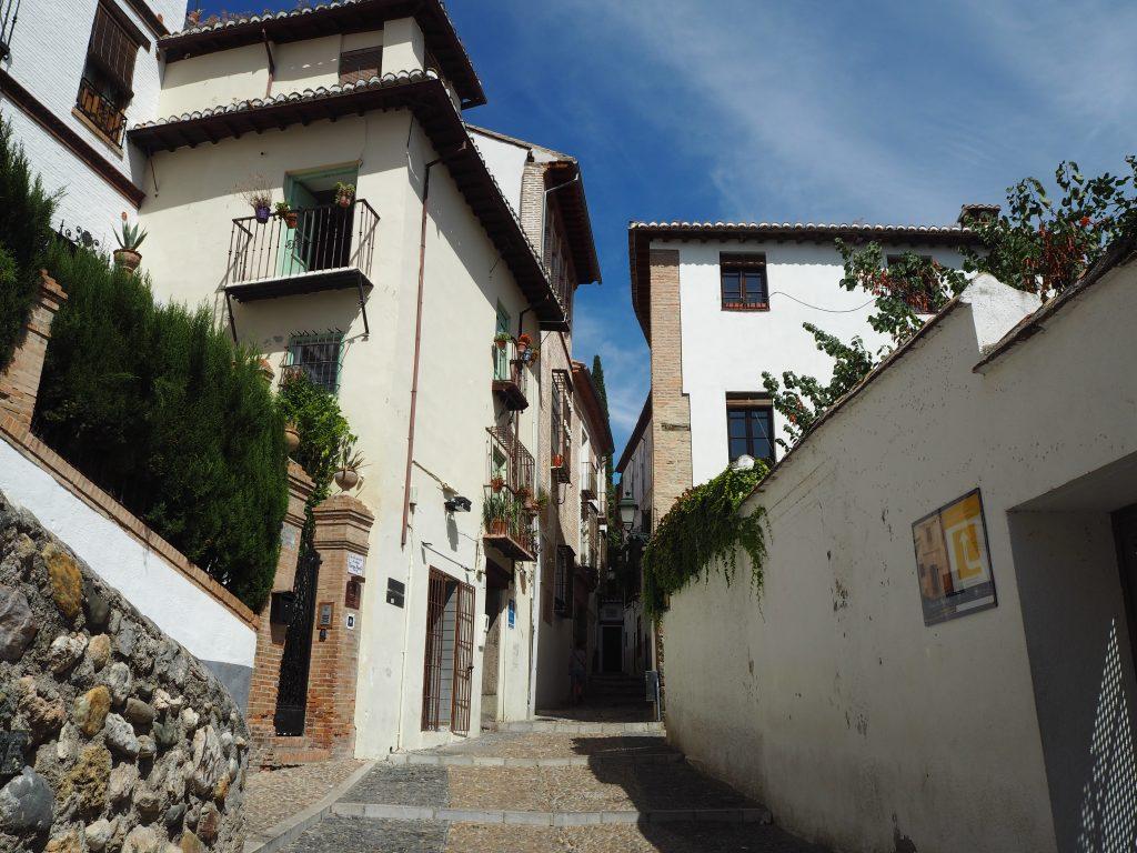 石畳の道と白い家が印象的なアルバイシン地区