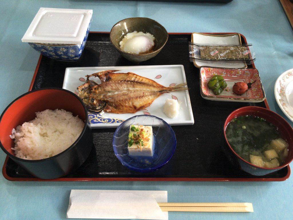 和食の朝食。焼きたての魚が最高だった