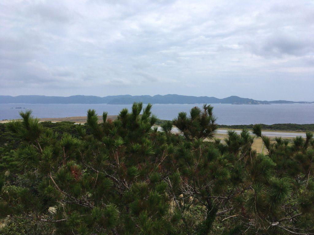 外地展望台からの景色。奥に見える大きな島は渡嘉敷島