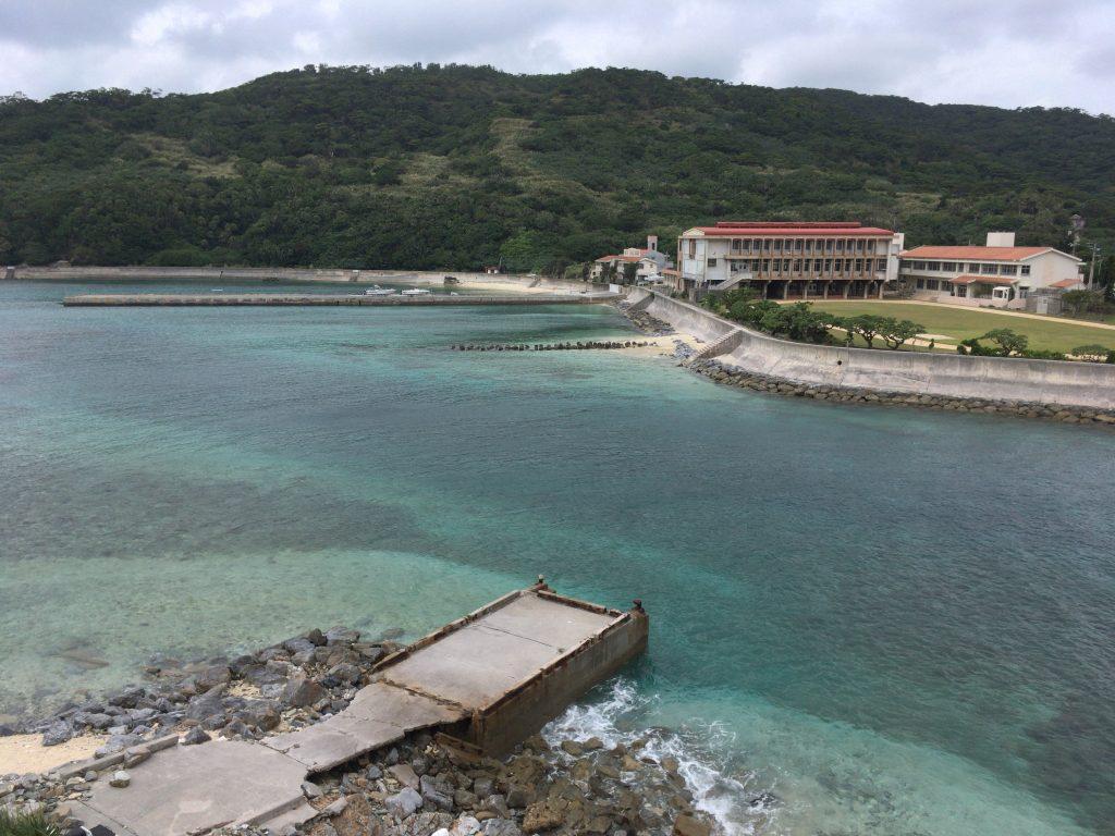 美しい海が目の前に広がる慶留間小・中学校