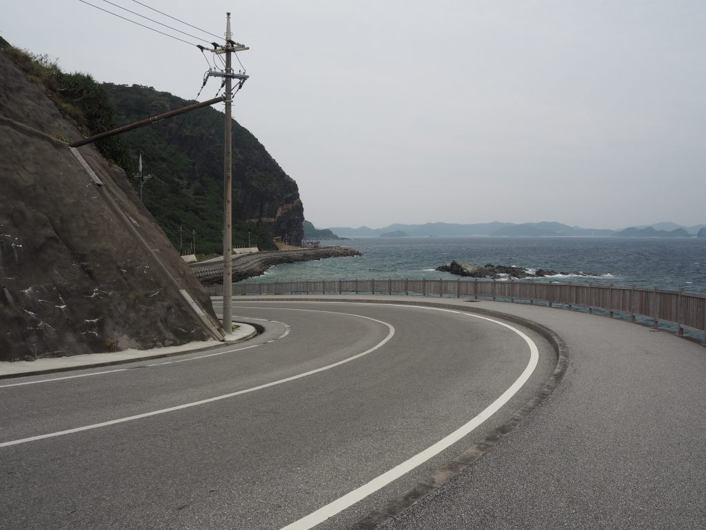 しっかりと整備された慶留間島の東側を走る道路