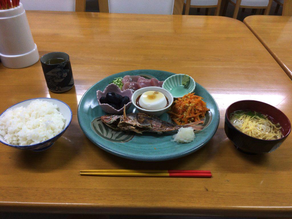初日の夕食。離島の魚はやっぱり美味い