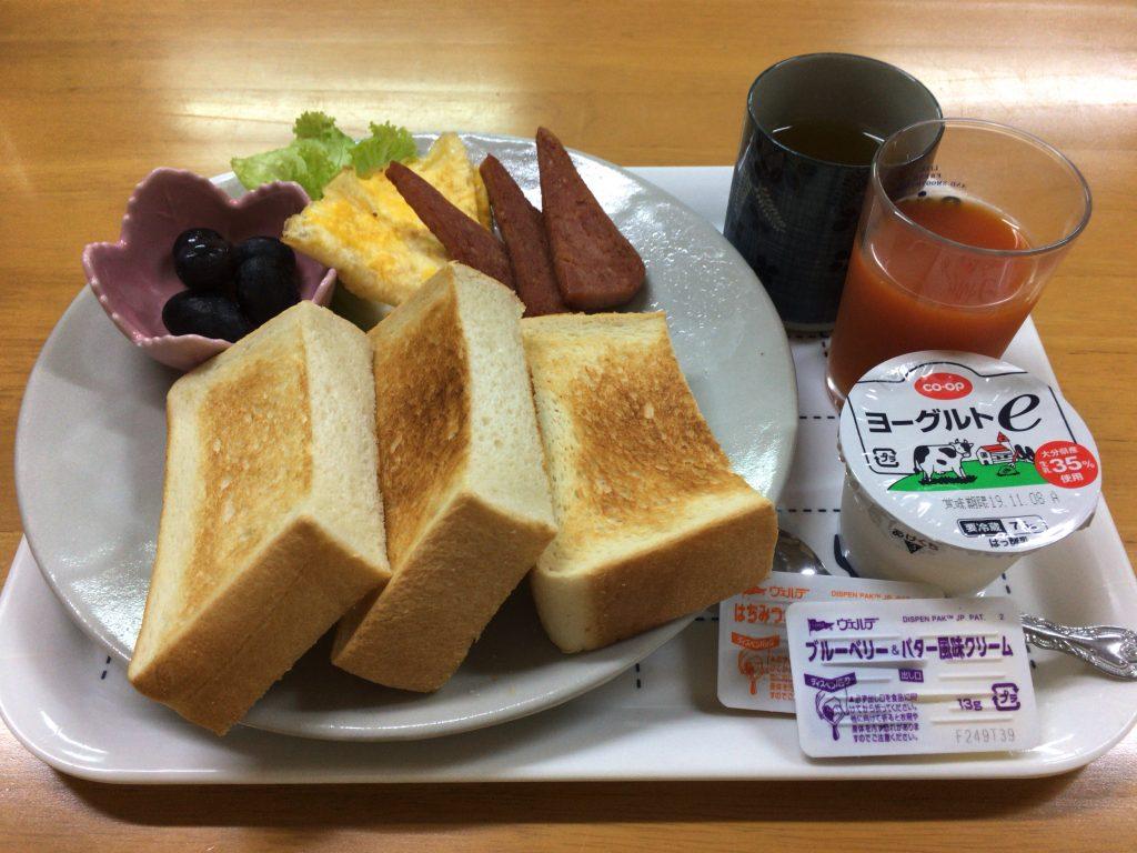 2日目の朝食。厚切りパンが印象的