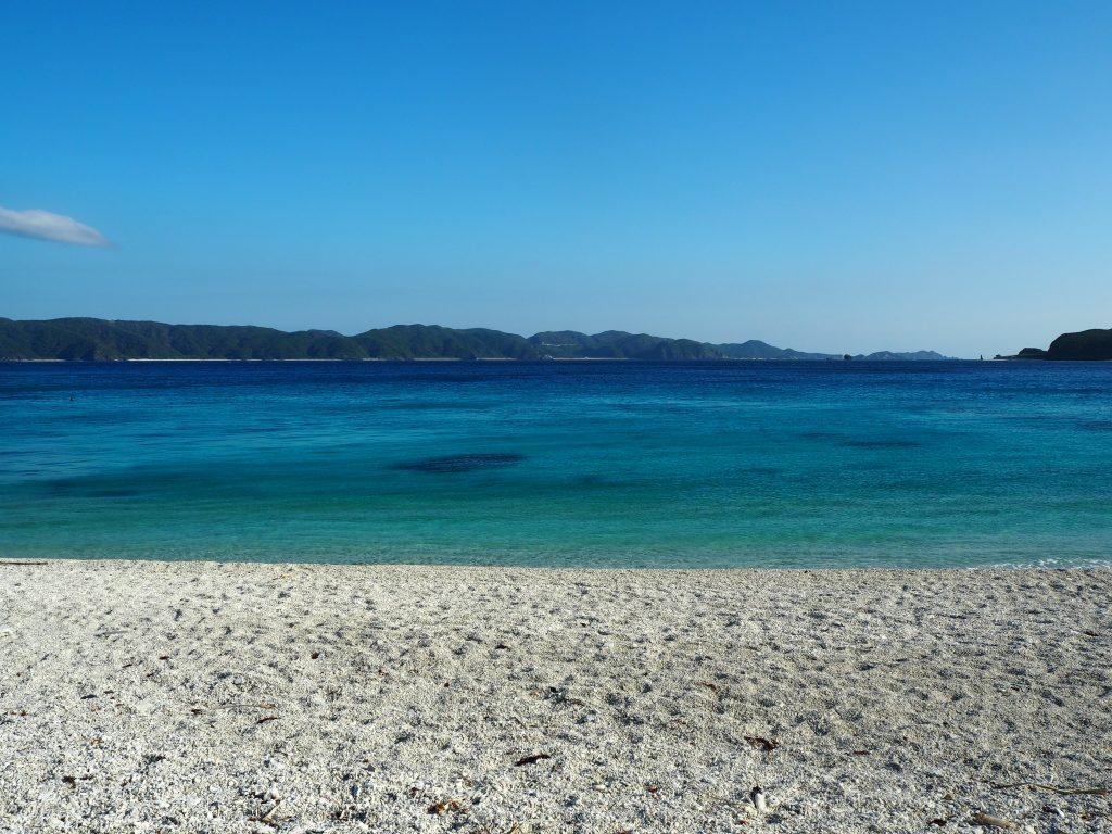 青が幾重にも重なる古座間味ビーチの海
