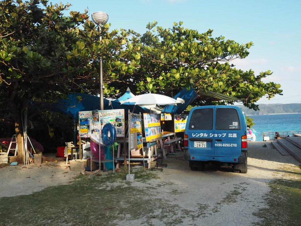 ビーチの入り口に立ち並ぶレンタルショップ
