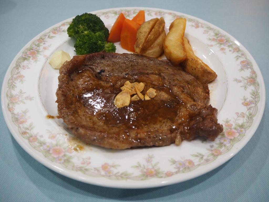 ポークステーキ。沖縄と言えばやっぱり豚である