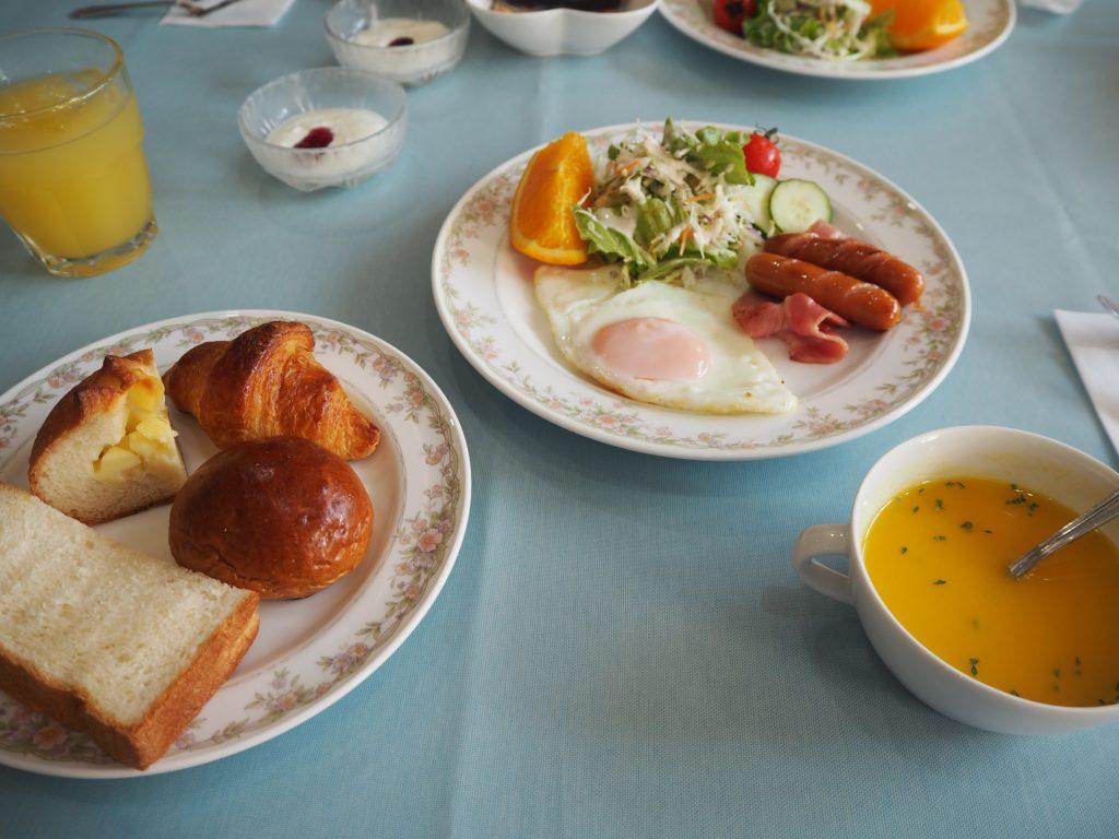 洋食の朝食。パンの種類が多くてパンプキンスープも印象的