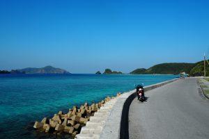 ケラマブルーを眺めながらバイクで走るのは最高だ